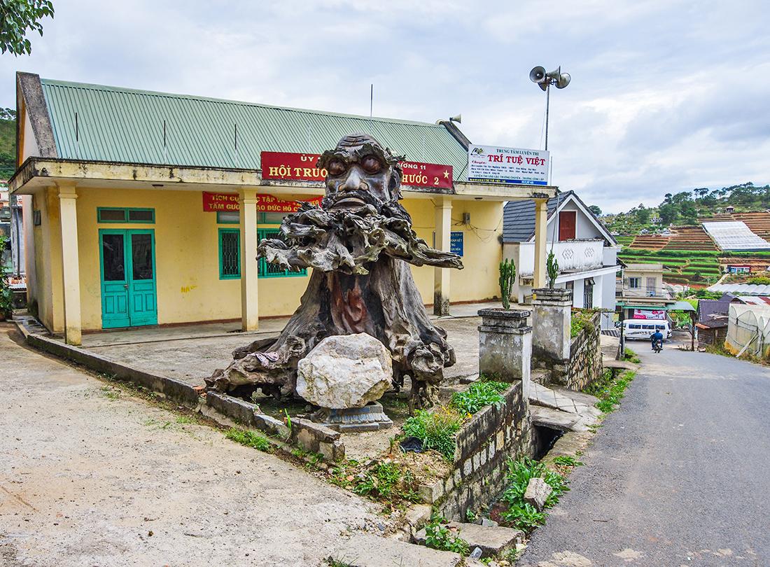 За храмом Линь Фуок