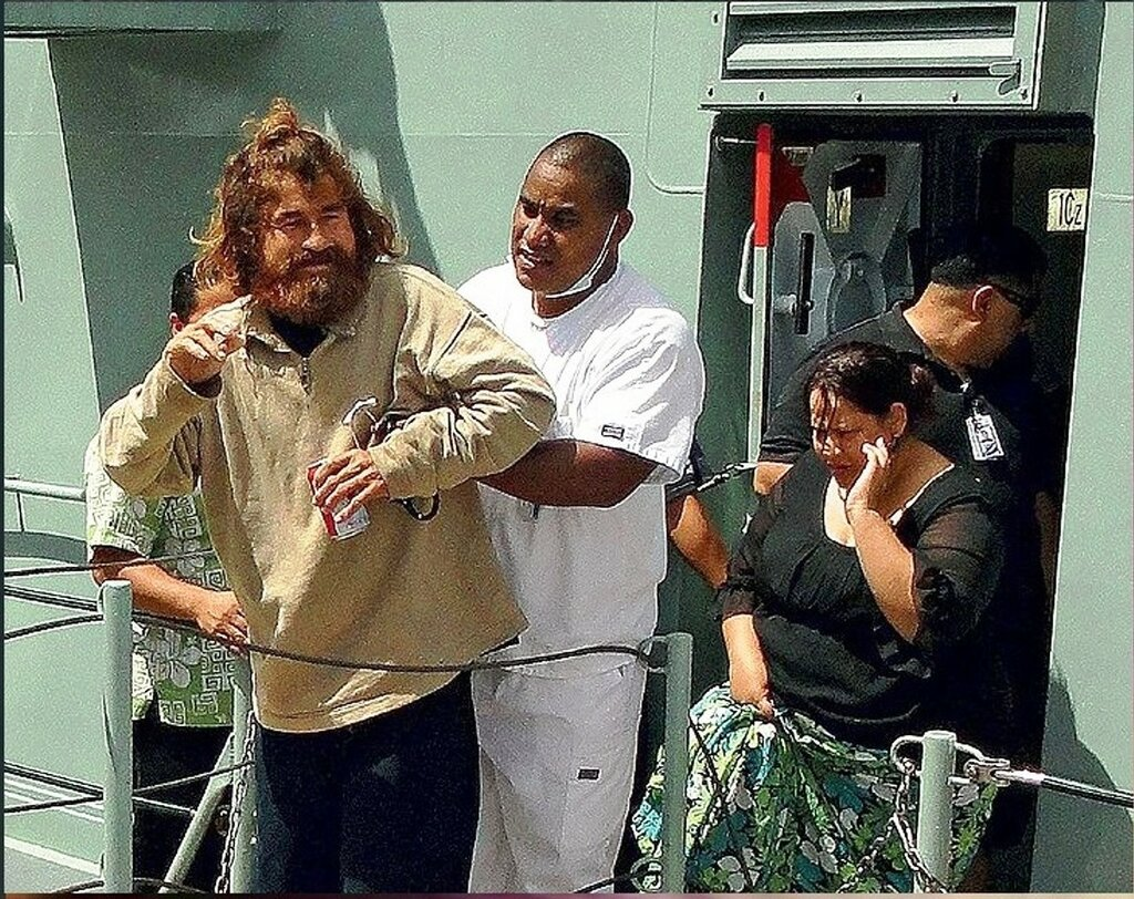 В Маджуро, столице Маршалловых островов, медики помогали Хосе сойти на берег. Фото AFP  EAST NEWS.jpg