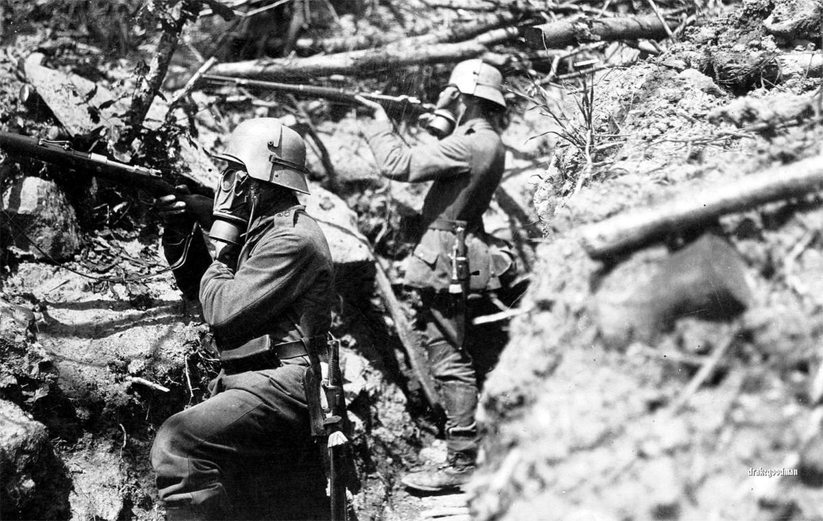 Немецкие пехотинцы в противогазах и стальных шлемах на боевой позиции (10)