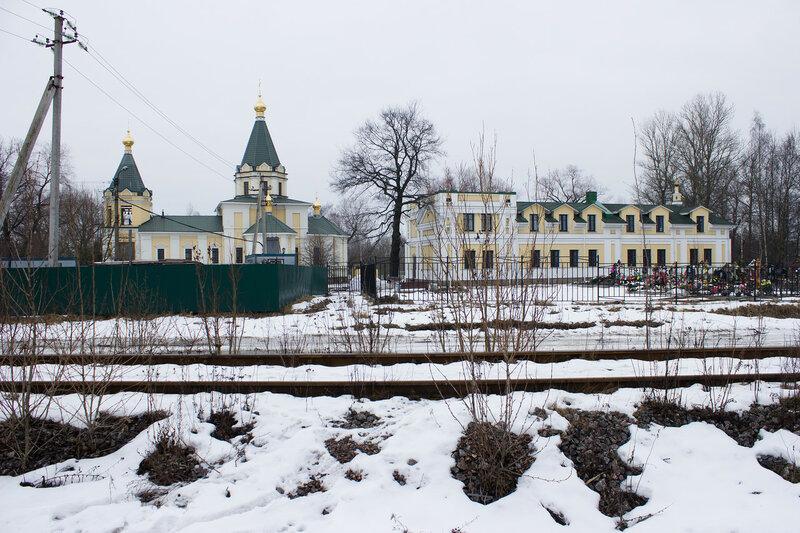 первый путь Императорской железной дороги проходит вдоль церкви Казанской иконы Божьей Матери