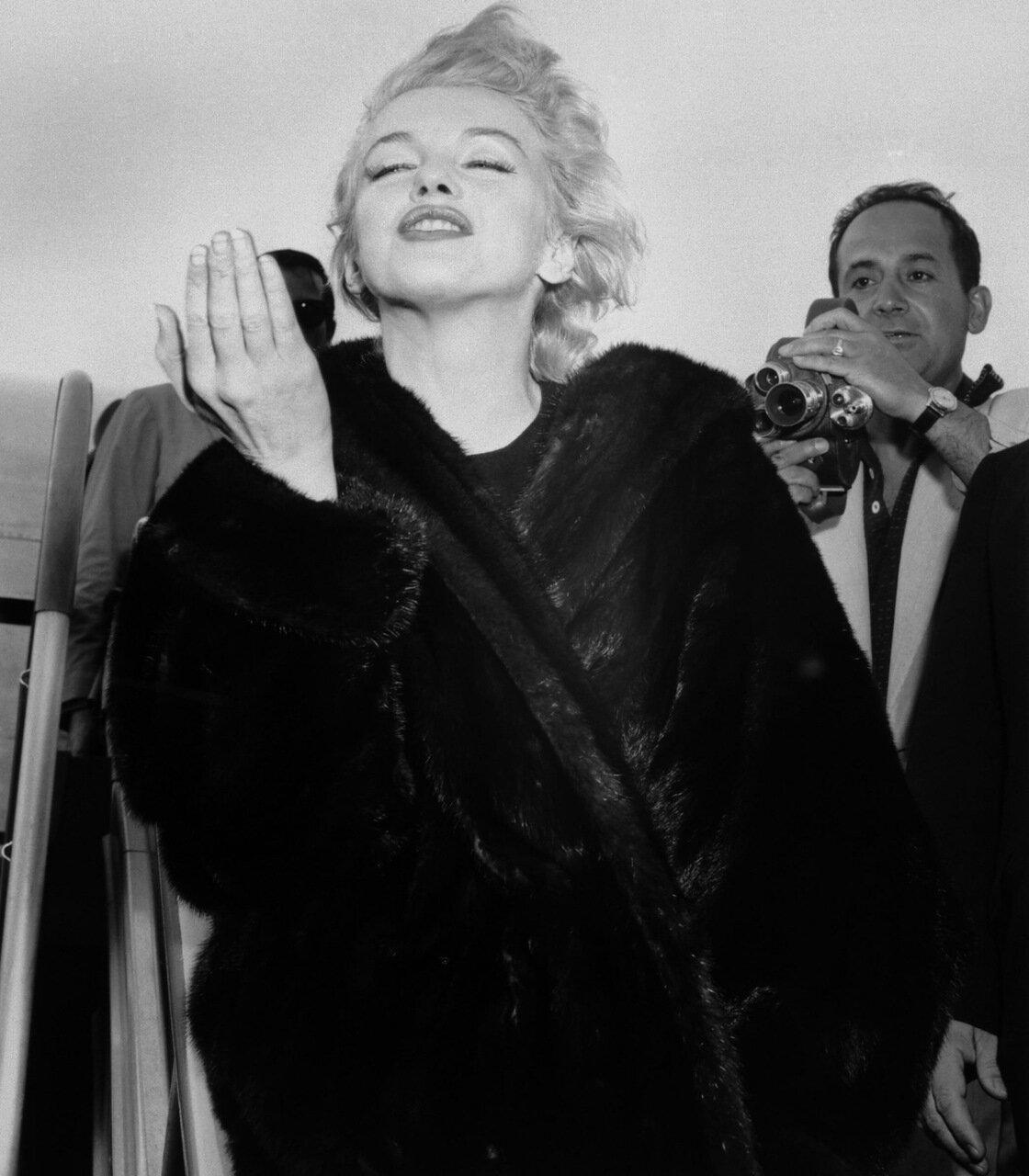 Marilyn Monroe Throws A Kiss At Airport