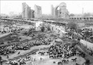 Самарканд. Торговая площадь перед разрушенной мечетью Амира Темура (мечетью Биби-Ханым)