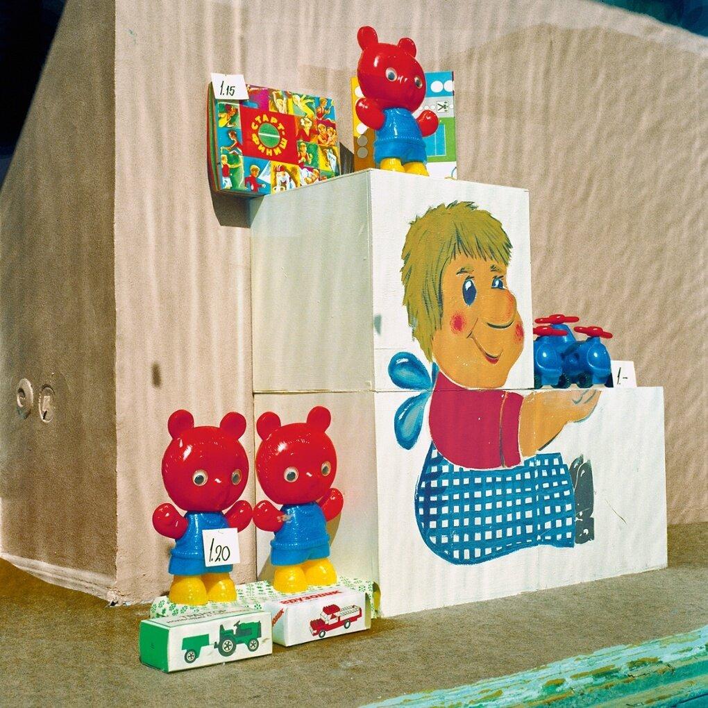 Несколько игрушек добавляют цвет в серость московской витрины