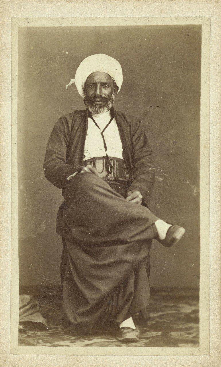 Студийный портрет мужчины в тюрбане