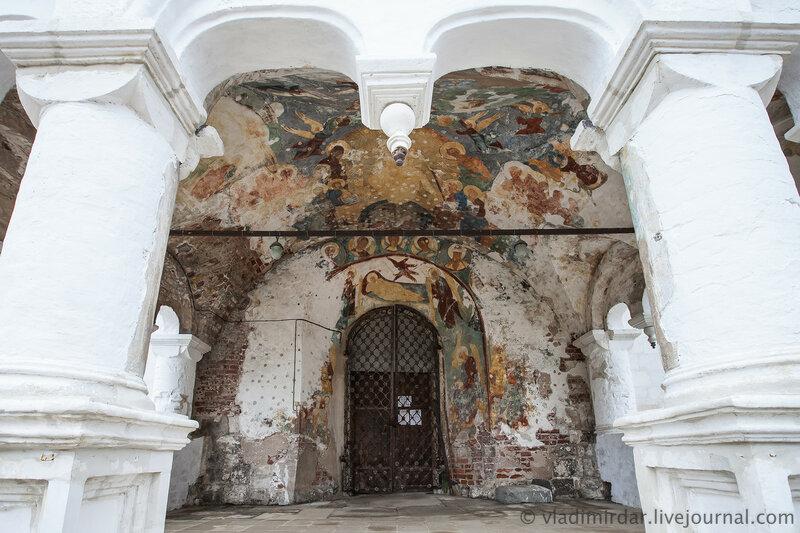 Жные врата Успенского собора в Ростовском кремле