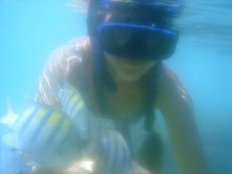 Под водой в маске с рыбами