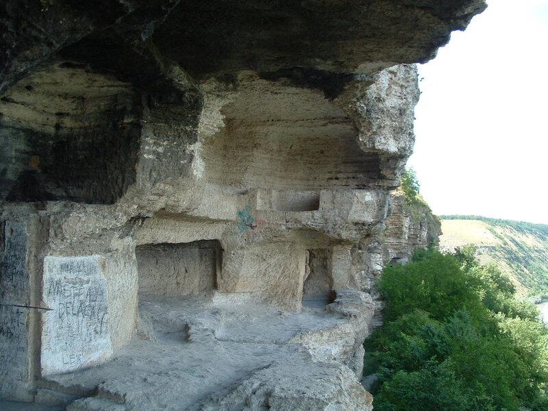 Кельи в скале. Скальный монастырь