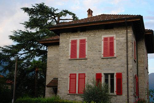 Дом с красными ставнями