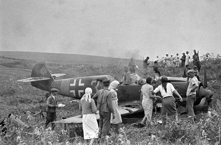 Советские колхозники осматривают сбитый немецкий самолёт