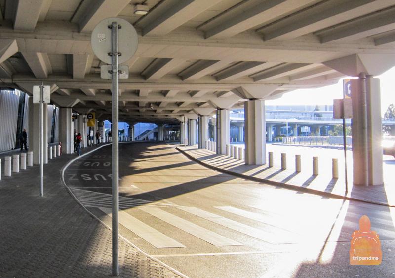 Остановка автобуса расположена рядом с выходом из терминала