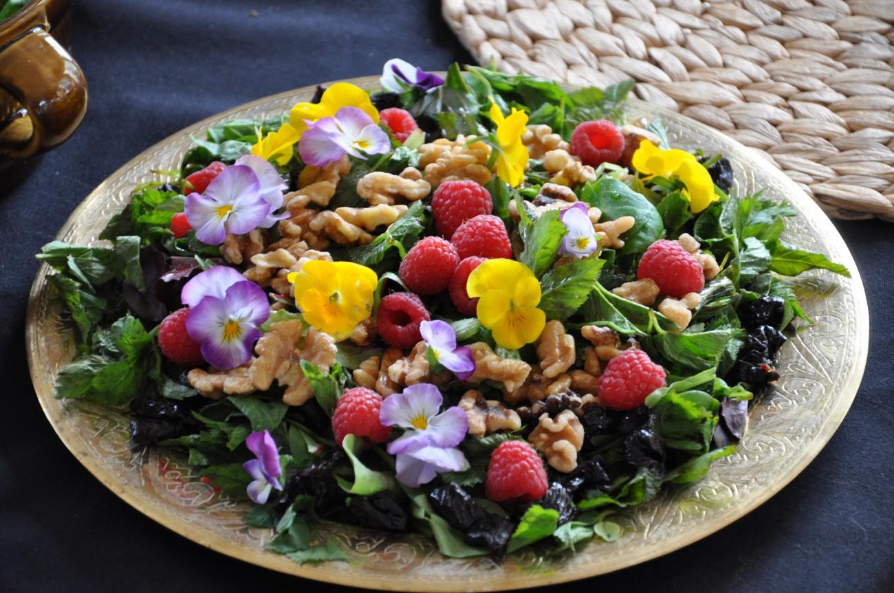 Ингредиенты: петрушка, шалфей, молодой чеснок, зелёный лук, салат-латук, лук-порей, шпинат, аптечный