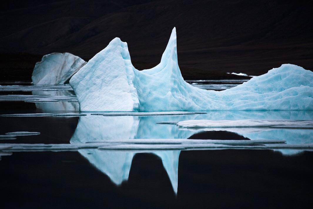 Высокая плотность холодной воды, связанная с высоким содержанием солей, превращает поверхность в зер