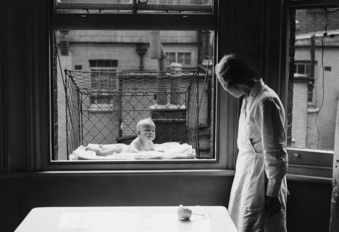 В такие конструкции помещали малышей и вывешивали за окно, чтобы ребенок дышал свежим воздухом. 1930