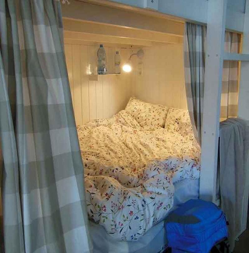 Цены: от 10,34 евро за ночь в общей комнате и от 15,75 евро за уединение. Хостел расположен в 150-ле