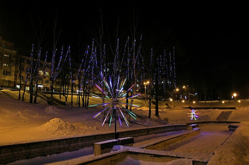 Световые гирлянды в сквере им. 60-летия СССР в бывшем овраге Засора