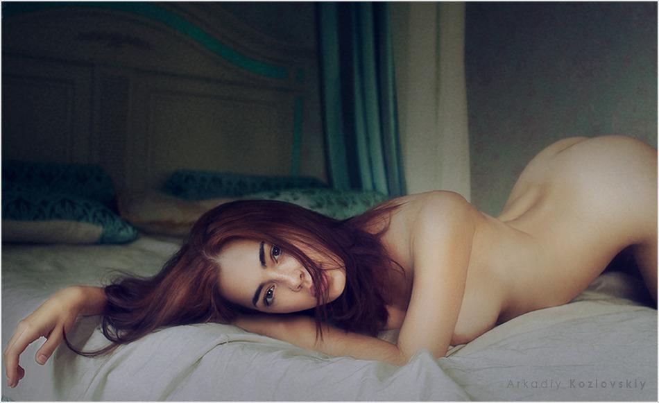 На кровати 18+