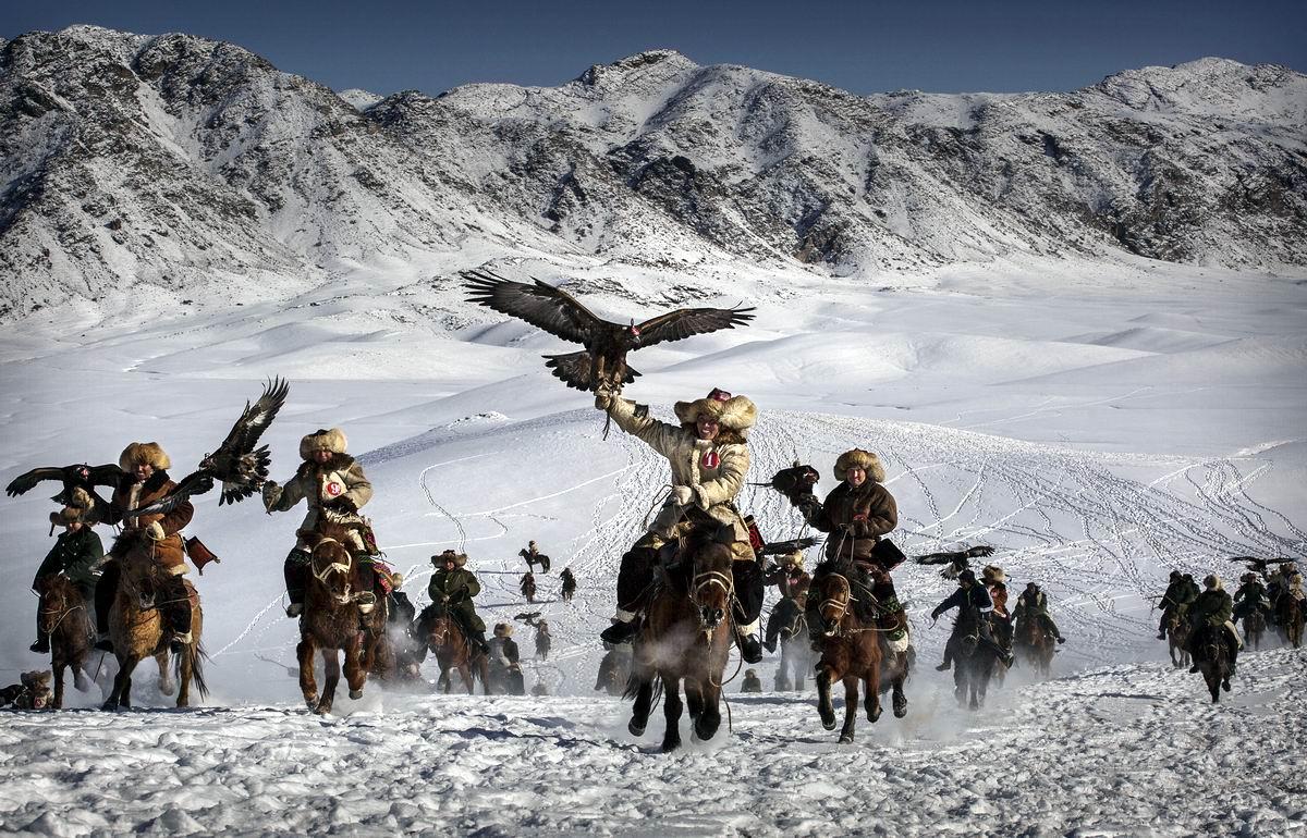 Кони как птицы: Охотники с беркутами на соревнованиях в Западном Китае