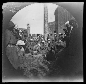 14 ноября. Сцена в Регистане в старом Самарканде, показывает группу туземцев в их своеобразных костюмах