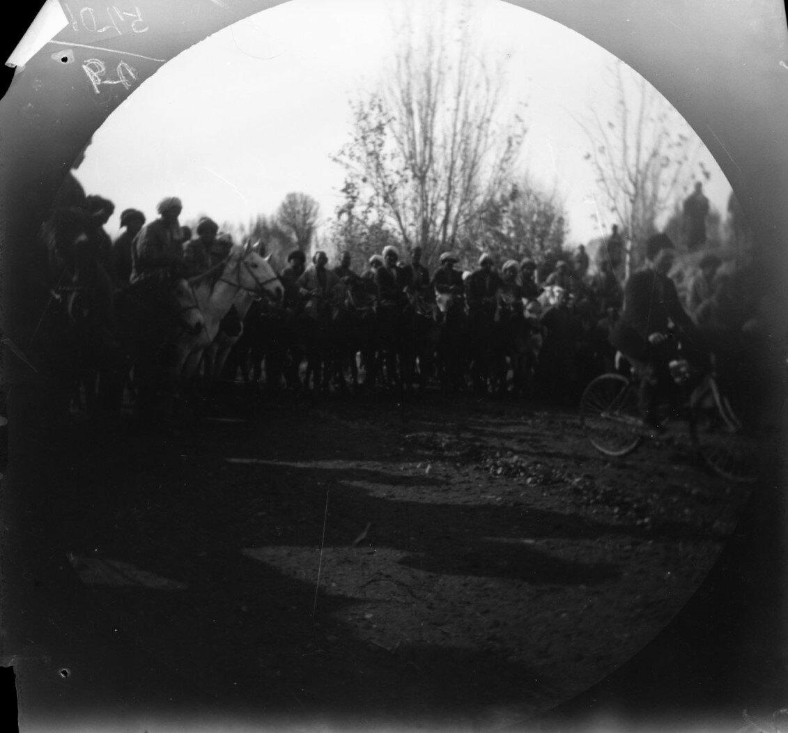 19 ноября. Чиназ. Киргизы и сарты на лошадях преследуют Томаса Аллена, покидающего город на велосипеде