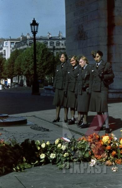 stock-photo-ww2-color-paris-france-1940-war-memorial-female-military-personnel-women-uniform-unknown-soldier-8307.jpg