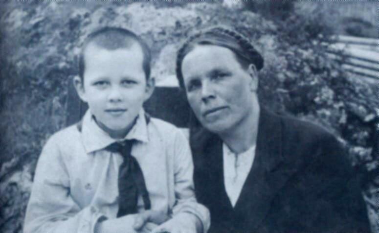 Валерий Золотухин с мамой.jpg