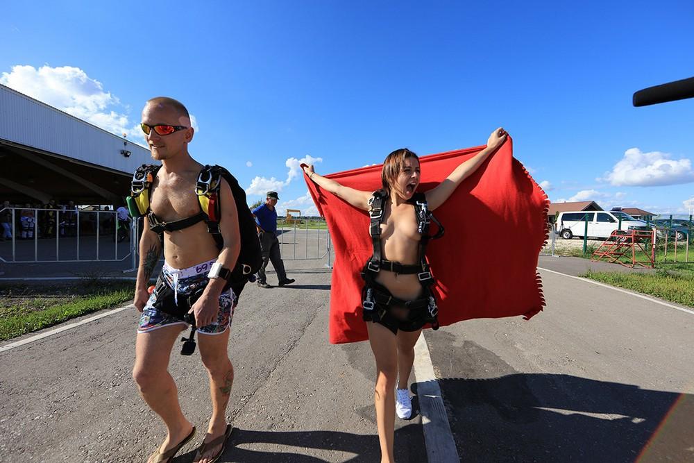 Порнозвезда из МГИМО прыгнула голая с парашютом