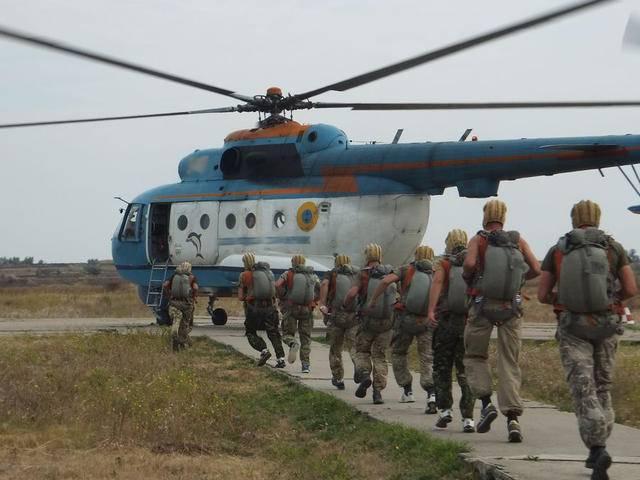 Николаевские десантники отработали парашютные прыжки на воду с вертолета. ФОТОрепортаж