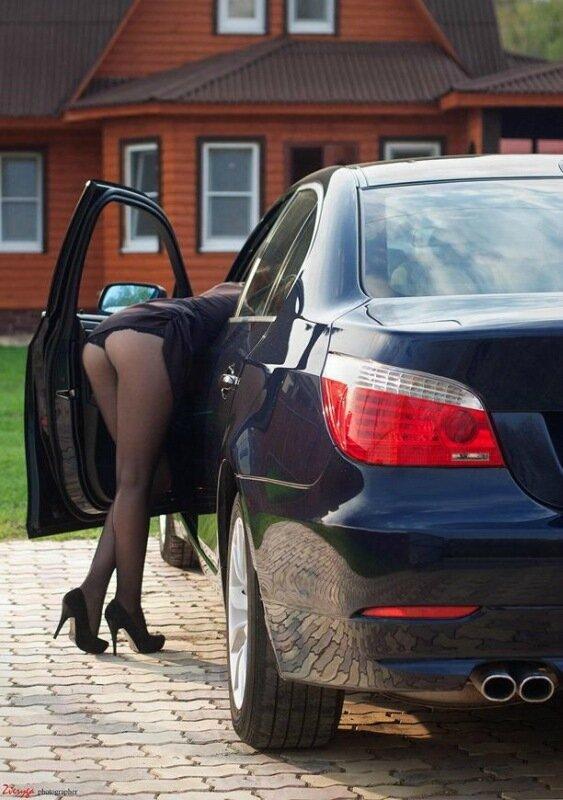 девушка в короткой юбке возле колеса фото
