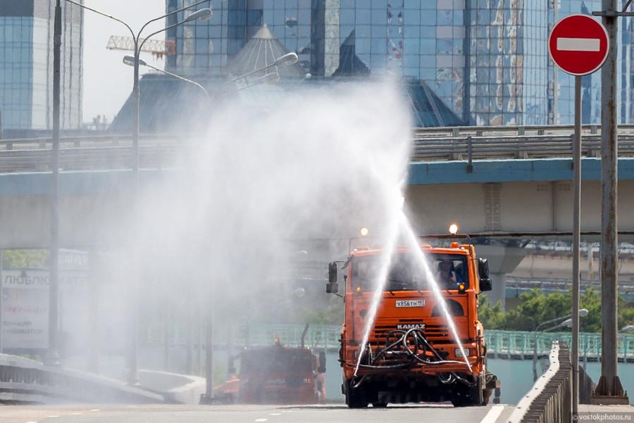 7. Как происходит влажная уборка городских магистралей? Вот как: во время адской жары в главе колонн