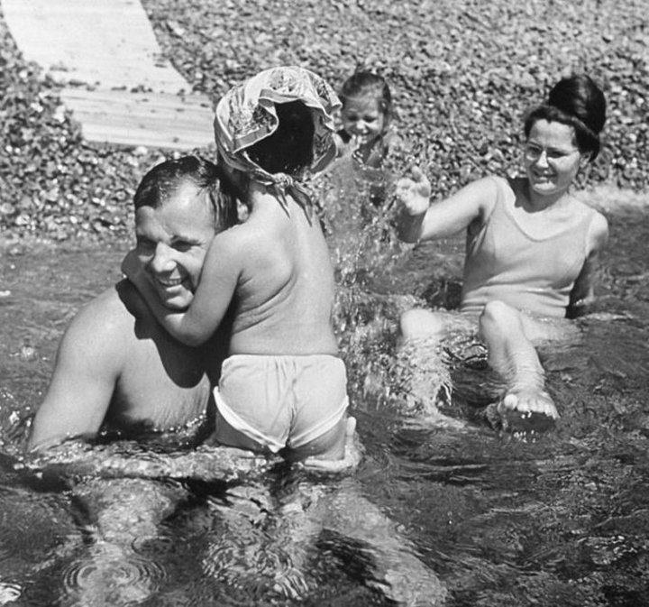 12. Юрий Гагарин с семьей на отдыхе в Крыму
