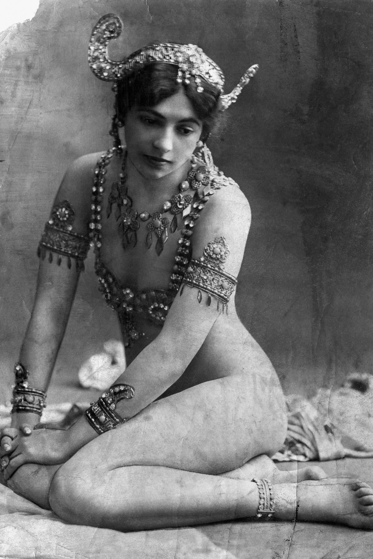 Зарабатывая неплохие деньги на растущей популярности восточных шоу, Маргарета взяла себе сценический