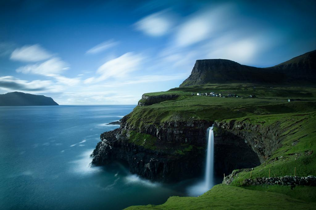 Фарерские острова. Деревня Gasadalur на острове Воар. (Hans Juul Hansen)