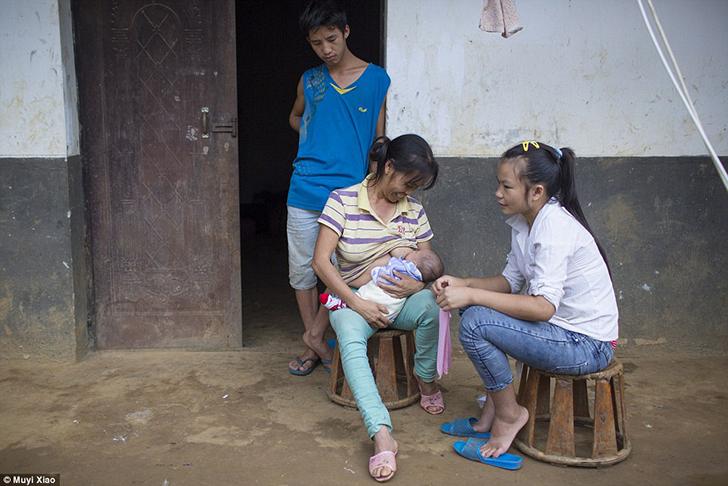 Свекровь 16-летней Сяо Цай кормит грудью своего внука, чтобы успокоить его. Большую часть времени о