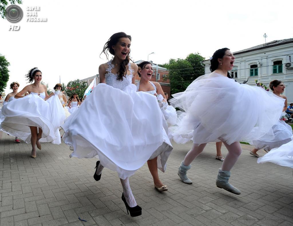 Россия. Рязань. 25 мая. Участницы акции «Сбежавшие невесты» на одной из улиц города. (ИТАР-ТАСС/