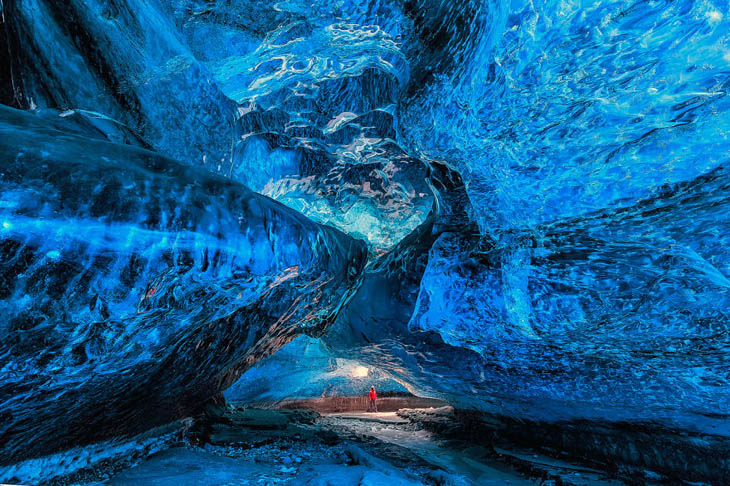 Ледяная пещера рядом с Мутновским вулканом, Россия.