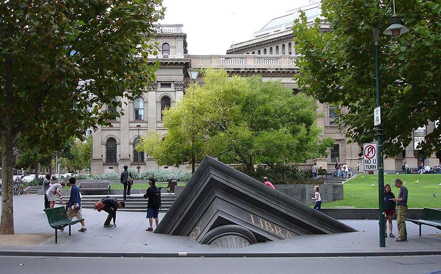 16. Тонущее здание у Государственной библиотеки, Мельбурн, Австралия