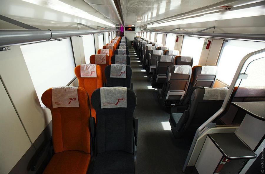 17. Первый этаж вагона второго класса. Компоновка 2+2. Необычное сочетание ярко-оранжевой и темно-се