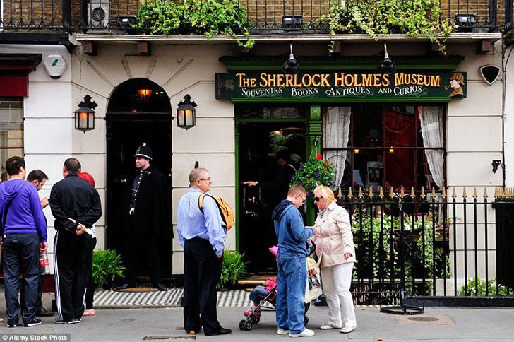Большинство понимает, что Шерлок Холмс — это выдуманный персонаж, но это не останавливает поклоннико
