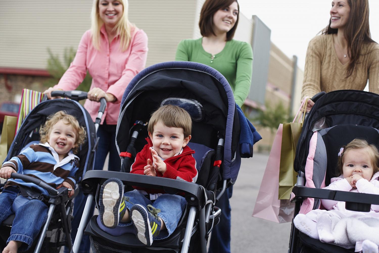 Детские коляски наулице нужно защищать отвредного воздуха