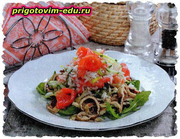 Салат с рисом, семгой и соевыми блинчиками