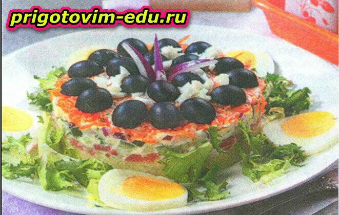 Слоеный салат с колбасой и морковью