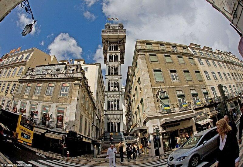 В Лиссабоне имеется множество фуникулёров, но лифтовый подъёмник Элевадор-ди-Санта-Жушта – единственный вид транспорта, соединяющий низинный район Байша и высокий Шиаду.