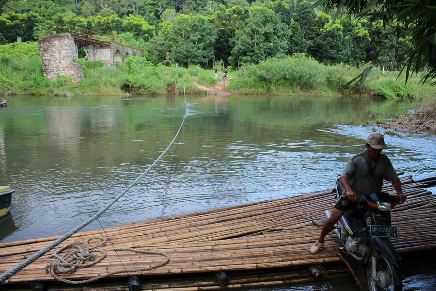 Речная переправа в Индонезии