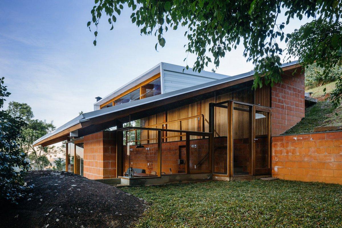 Denis Joelsons, Gabriela Barauna Uchida, Half-Slope House, частный дом в Сан-Паулу фото, дома в Бразилии фото, частный дом на склоне фото