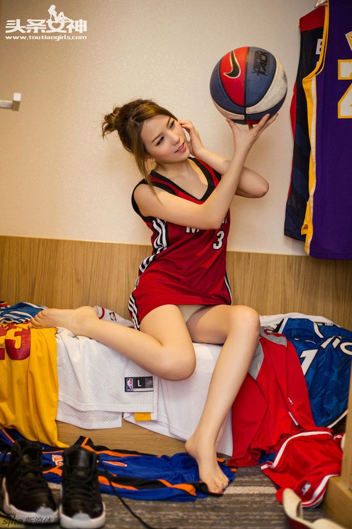 азиатские девушки в униформе команд НБА