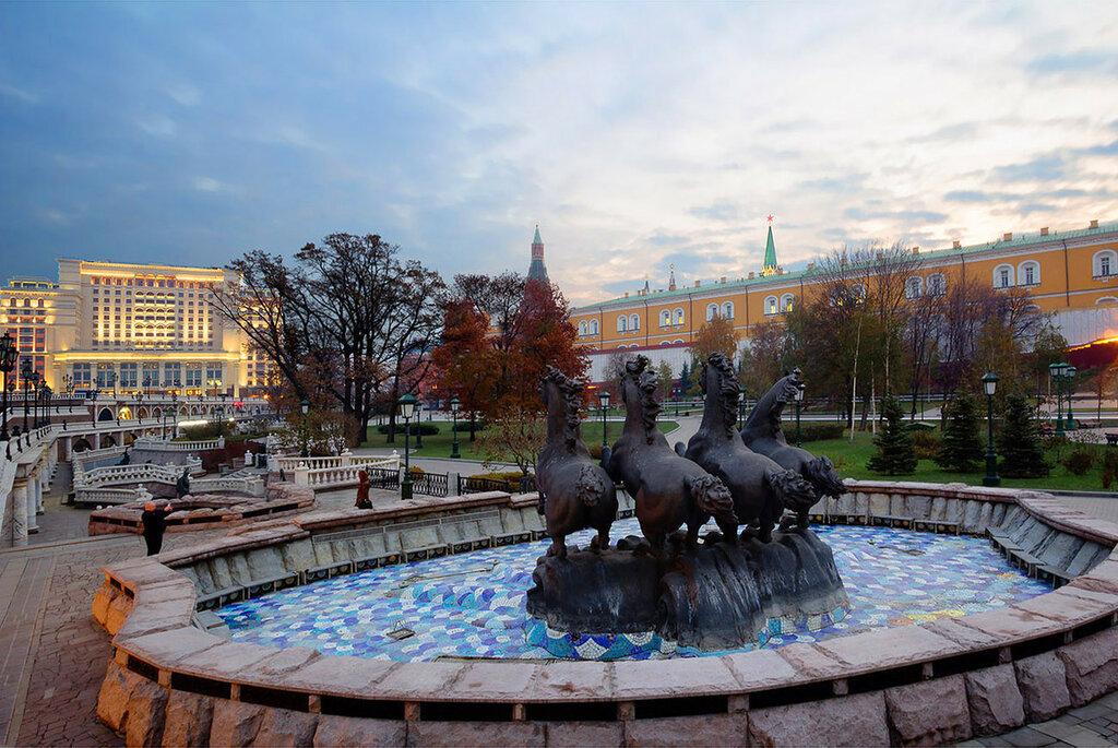 Москва. Александровский сад у стен Кремля раннм утром.