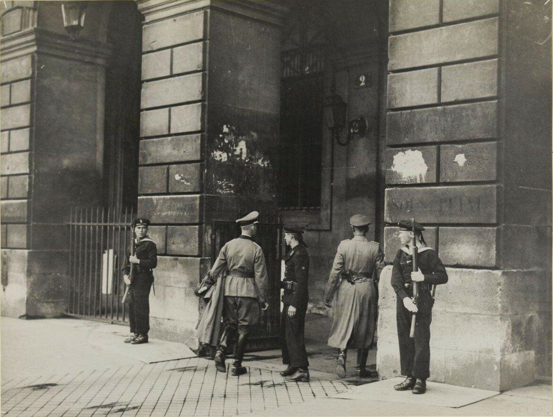 Немецкие моряки охраняют здание на площади Согласия. Июль