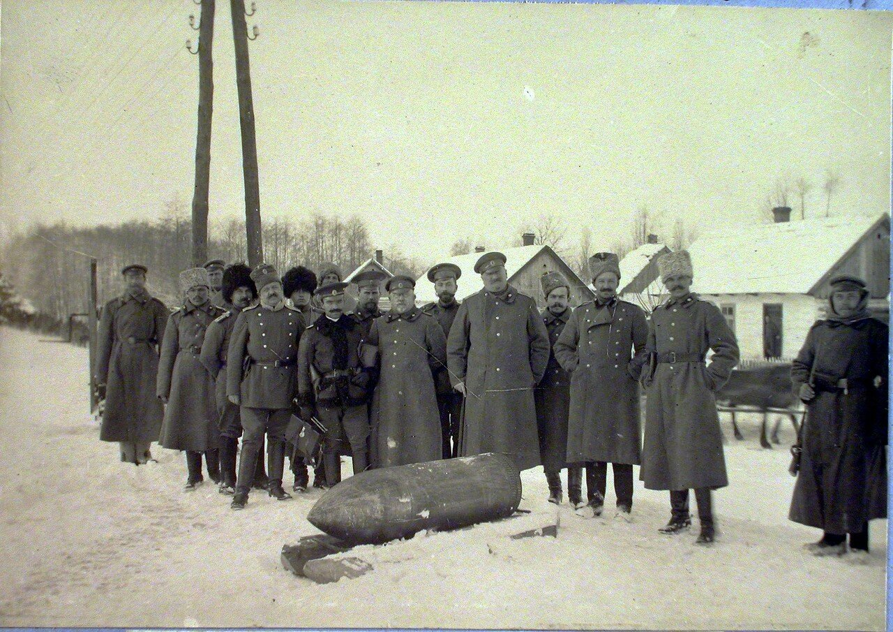 79. Группа чинов бригады у 42 см. снаряда. Галиция, ст. Тарнов