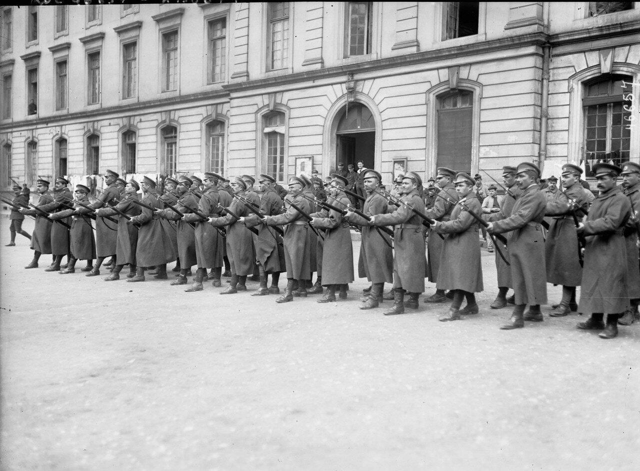 1916. Российские солдаты во дворе казарм