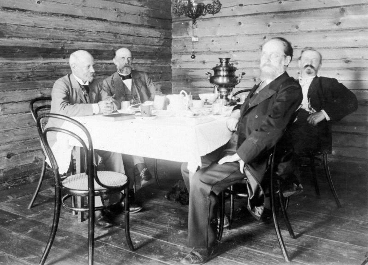 1900-е. Четверо мужчин за столом с самоваром